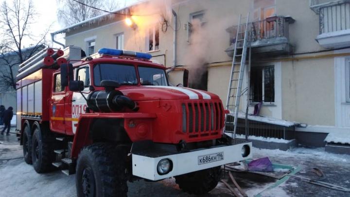 В Екатеринбурге пожарные спасли из горящей квартиры четверых детей