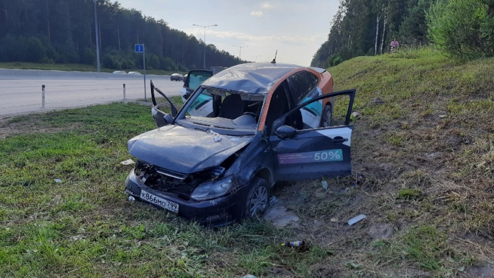 На Кольцовском тракте машина каршеринга вылетела с дороги и перевернулась