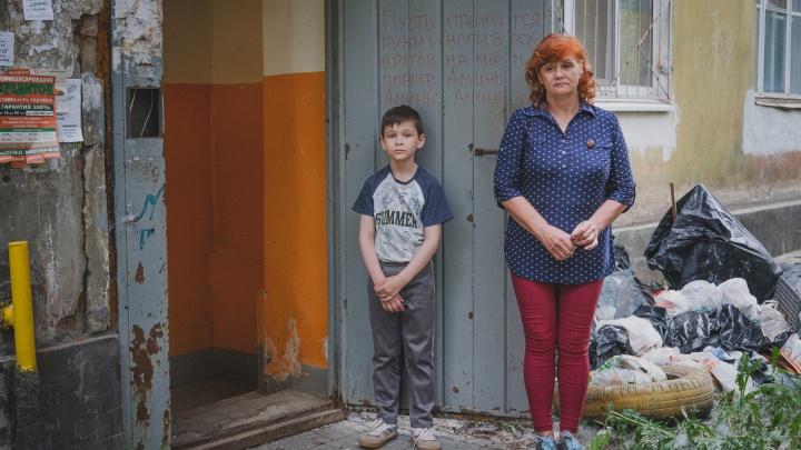 «Сняли двери, срезали батареи, вырвали проводку»: в центре Перми жители аварийного дома страдают от мародерства