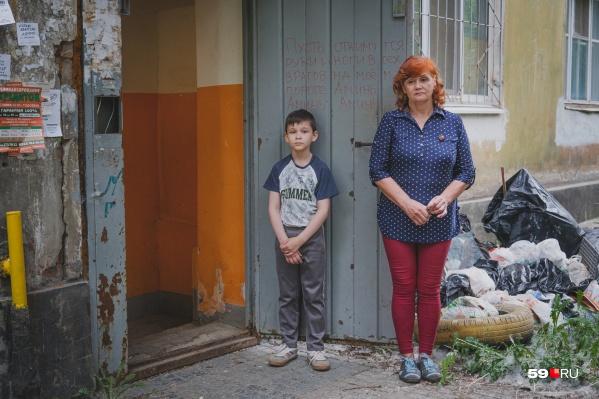 Елена Васильева и ее сосед снизу — Лев. Мальчик сейчас не может попасть в свою квартиру