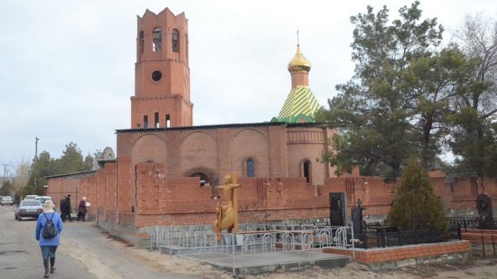 Здесь, похоже, весь поселок: в Волгограде хоронят погибшего участкового уполномоченного
