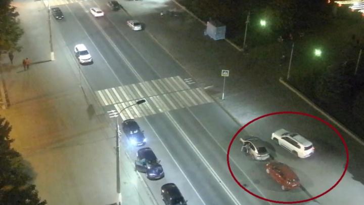 В Волгограде белый внедорожник прокатился по тротуару Аллеи Героев