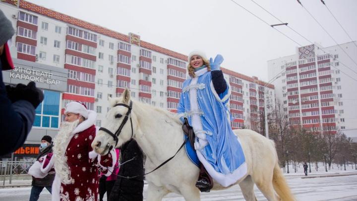 «Дали возможность заработать Анне Семенович»: жители Уфы высказались по поводу парада Снегурочек