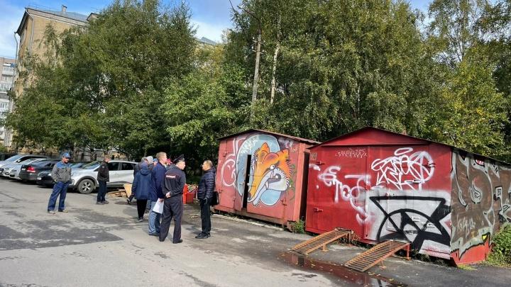 «Уродуют облик города»: в Архангельске сносят незаконные гаражи, владельцы сопротивляются