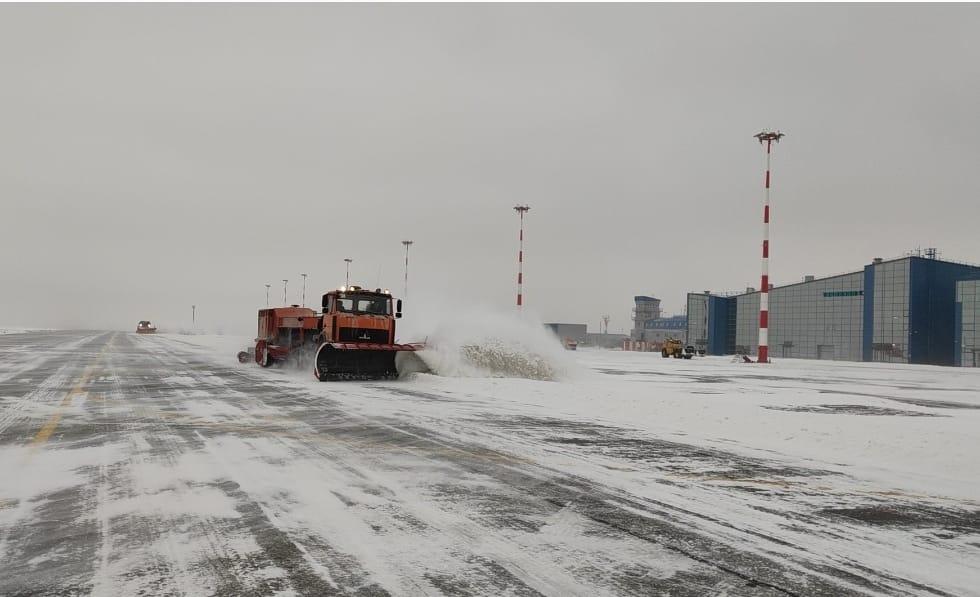 Техника расчищает взлётное поле в аэропорту Волгограда