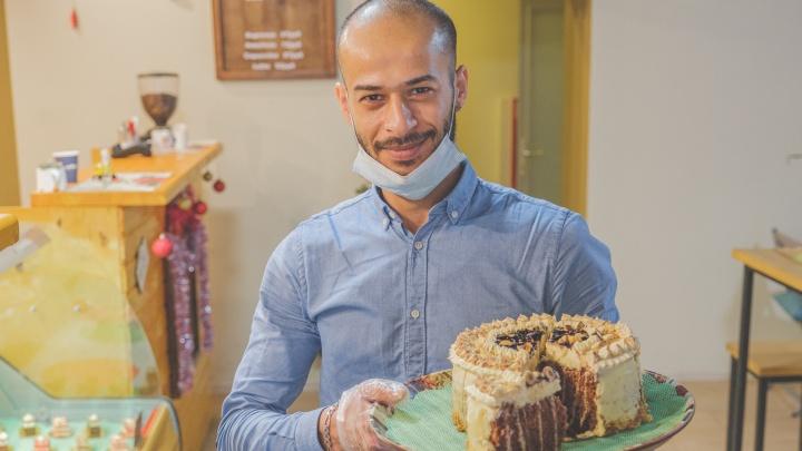«У нас всё по традициям». Как тунисец открыл в Перми кондитерскую с французскими десертами (там есть и круассаны!)
