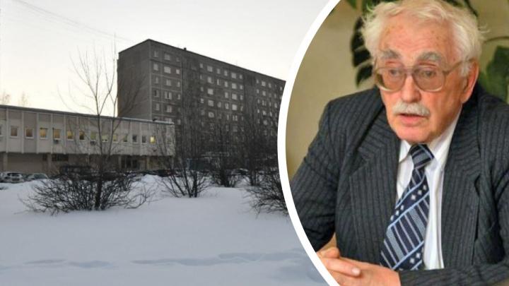 «Мы обеспокоены его состоянием здоровья»: соцслужба попала в квартиру, где оказался заперт 95-летний доцент