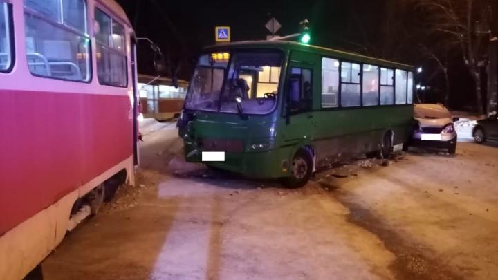 Жесткое столкновение трамвая с автобусом на Вторчермете попало на видео