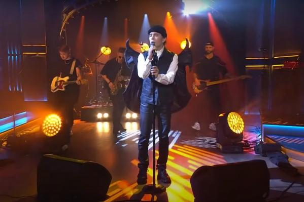 Музыкант пришел в костюме с дьявольскими крыльями. Сам Слава Мэрлоу назвал свой образ «костюмом мухи»