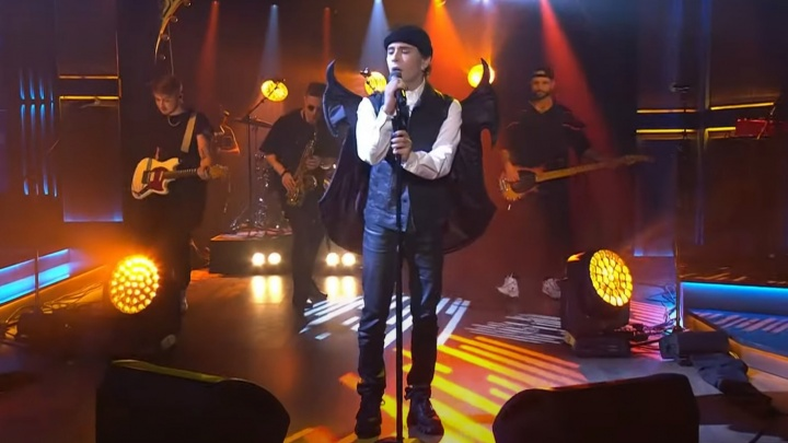 Слава Мэрлоу рассказал Урганту об отчислении и выступил с песней на Первом канале