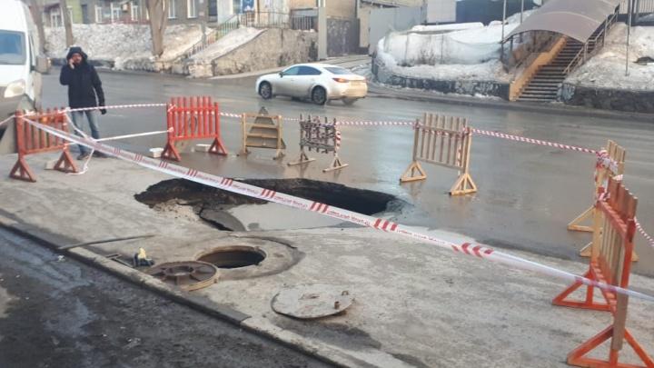 На дороге в центре Новосибирска образовался разлом. Яма продолжает увеличиваться