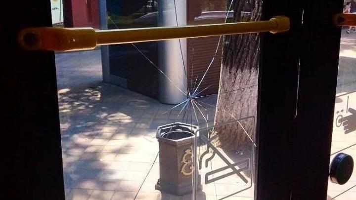В Краснодаре разыскивают пассажира, который разбил камнем дверь троллейбуса