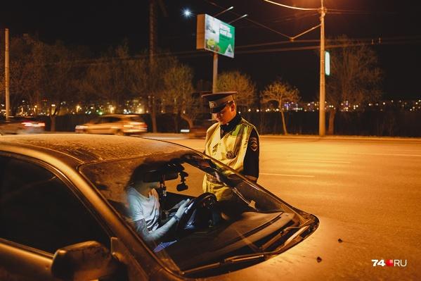 В апреле по всей стране, в том числе в Зауралье, пройдут массовые рейды. Дорожные полицейские будут проверять водителей и их автомобили на наличие пленочного покрытия и соответствие светопропускания стекол требованиям регламента