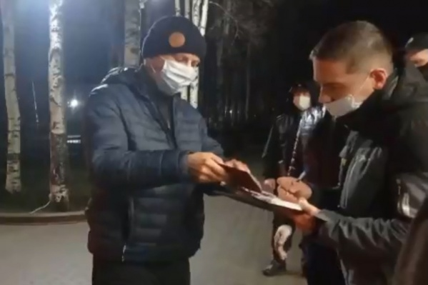 Северодвинца остановили и стали проверять документы, когда он возвращался домой через Вельск