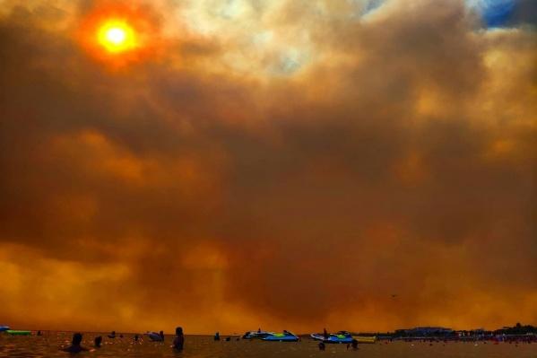 Пока пожарные закачивают воду из моря и летят тушить пожары, туристы продолжают отдыхать у бассейнов и в море