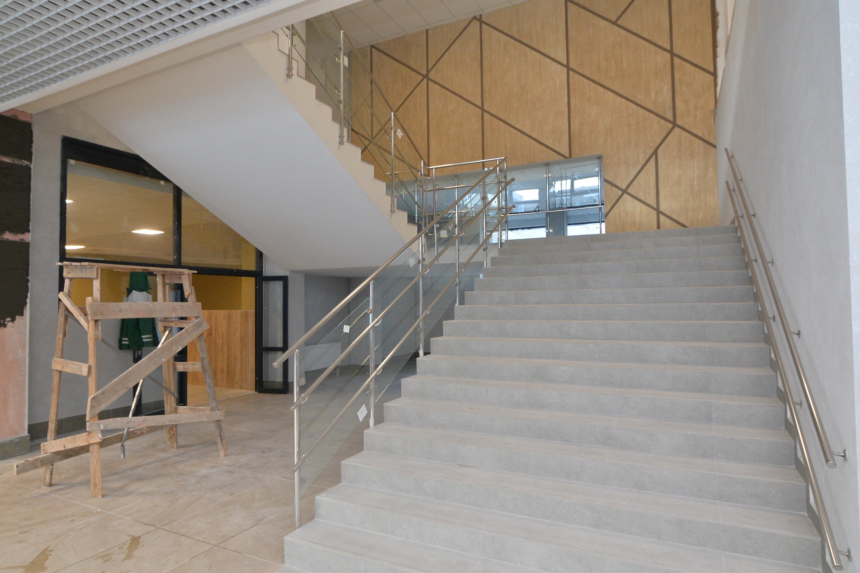 Интерьер школы оформлен в белых, серых, желтых и светло-розовых цветах