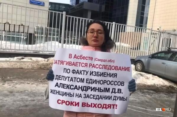 Пострадавшей коммунистке Наталье Крыловой пришлось выйти на пикет к зданию главного управления СК в Москве