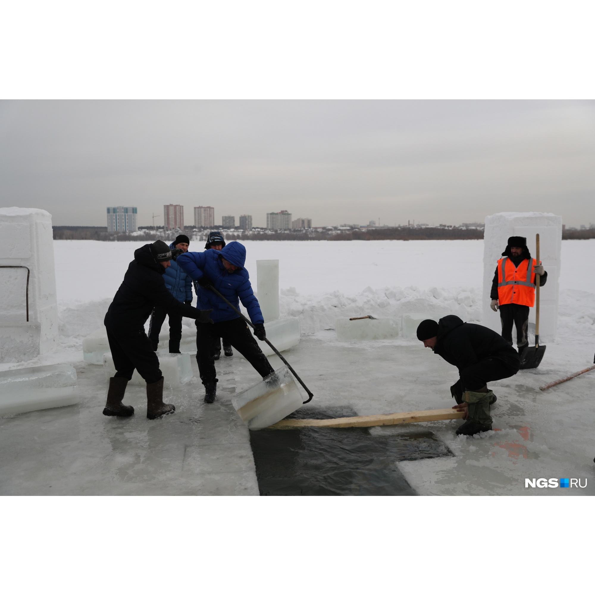 Купель традиционно формируют в форме креста, сам лед тоже пригодится в оформлении