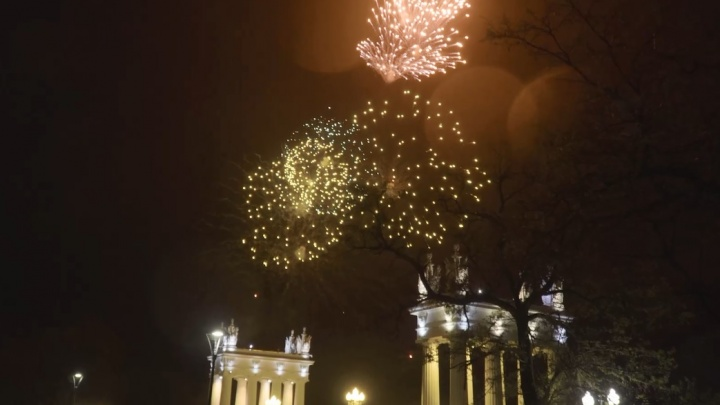 Серое небо над Волгоградом украсили праздничные залпы салюта