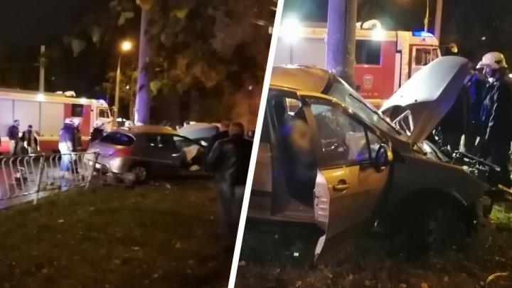 «Шел дым от подушки»: около парка Гагарина произошла смертельная авария с легковушкой