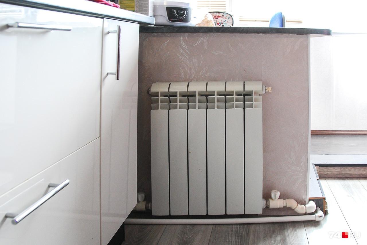 Из плюсов индивидуального теплоснабжения — гибкость конструкции. Эта батарея отапливает рабочую зону кухни в одной из квартир