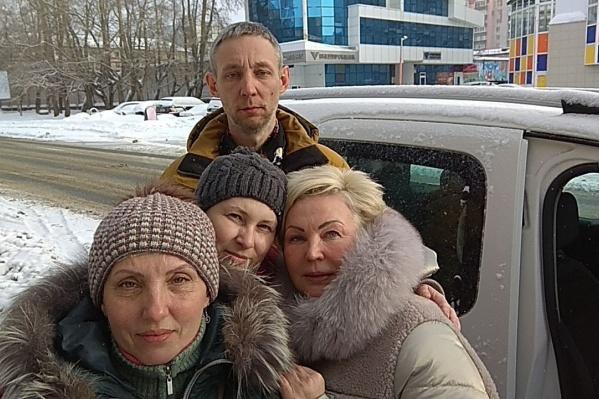 Сегодня днем, как сообщается в группе «Вести с Шиеса», Анну Шекалову (справа) отпустили после решения суда