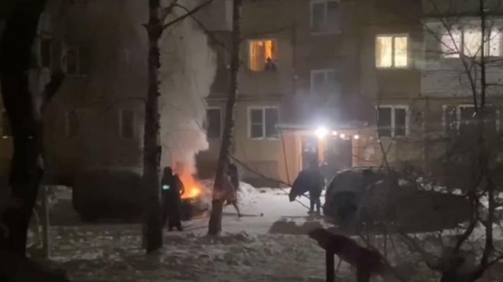 Во дворе Кировского района за неделю сгорели две машины — жители винят автопрогрев