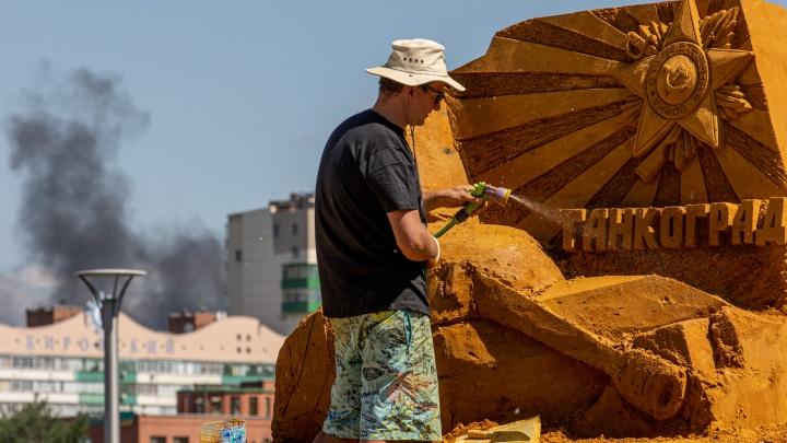 В заброшенный сквер в центре Челябинска завезли 800 тонн песка и делают из него гигантские скульптуры