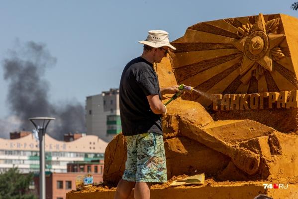 Город из песка, по словам скульпторов, простоит в Челябинске до осени