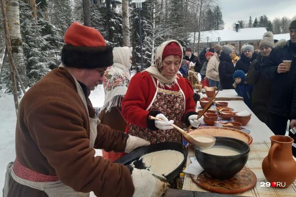 Один из главных символов праздника — конечно, блин. Тут их пекли на огромной сковородке и подавали с пылу с жару