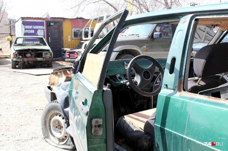 Проблема автохлама в России практически не решается: в лучшем случае машины свозят на закрытые площадки и разбирают вручную