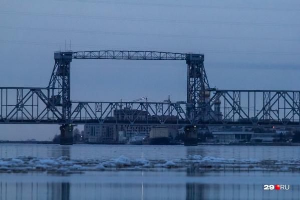 До 5 часов утра по Северодвинскому мосту проехать на автомобиле нельзя<br>