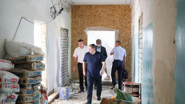 «Бесполезно плакать. Берите и стройте»: Андрей Бочаров устроил выволочку чиновникам на стройке центра онкопомощи