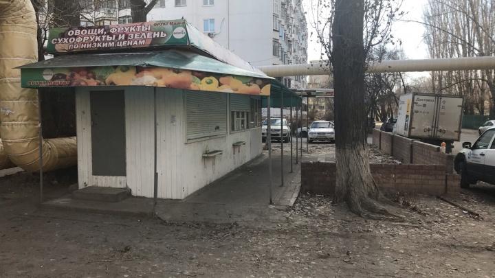 В Волгограде районная администрация предложила жителям самим снести незаконный торговый павильон