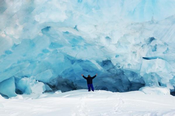 Автор фотографий к этому материалу Алексей Молоковский рядом с одним из айсбергов Северного Ледовитого океана