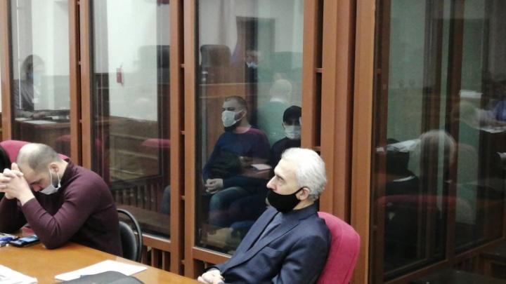 Пытали своих жертв утюгом и зажигалкой: в Екатеринбурге судят банду, грабившую торговцев с 4-й овощебазы