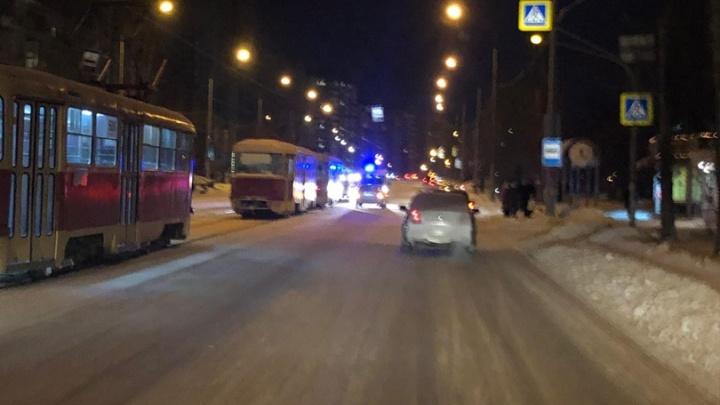 На улице Викулова водитель иномарки сбил пешехода, который собирался сесть в трамвай