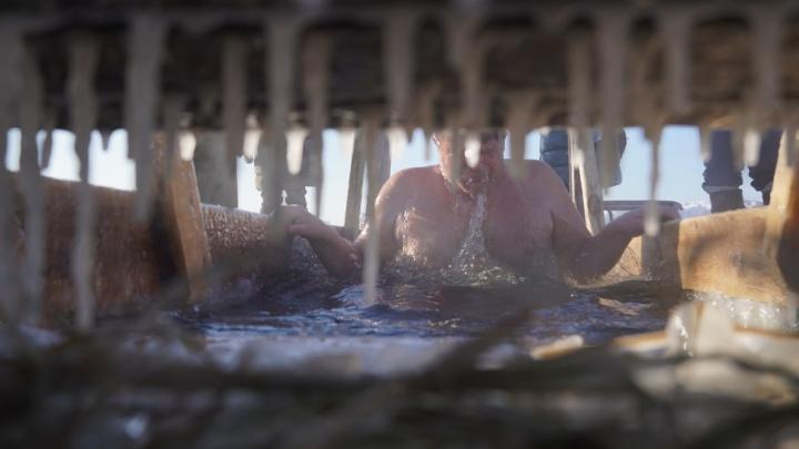 Святая вода и чай на выходе из купели: смотрим, как омичи празднуют Крещение