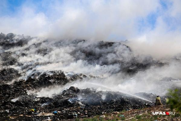 Пожар на полигоне начался еще вчера, он и стал причиной зловонного запаха в городе