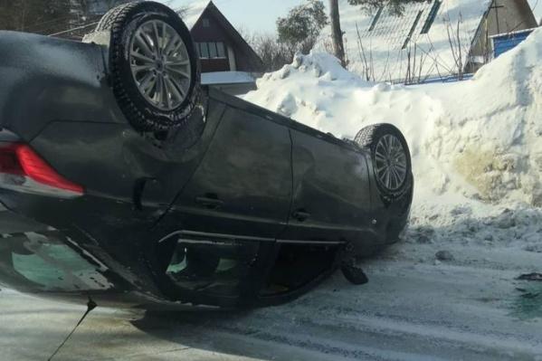 Очевидцы считают, что автомобиль перевернулся из-за колеи и сугробов на обочинах