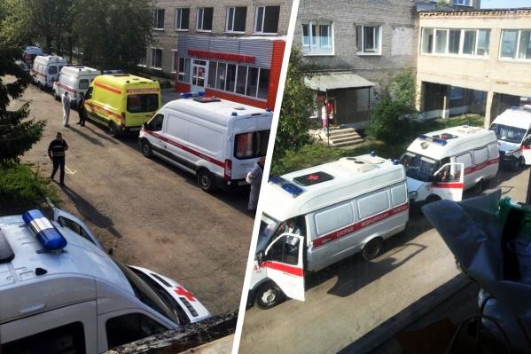 Под окнами больницы выстроились с десяток скорых