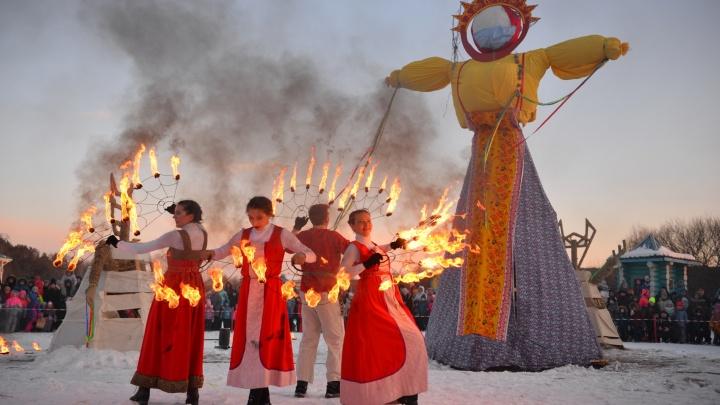 Испекли тысячи блинов и сожгли десятки чучел: 20 ярких кадров с празднования Масленицы в Екатеринбурге