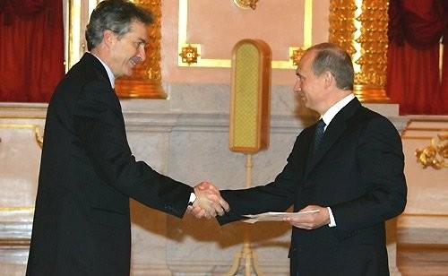 Посол США в РФ Уильям Бёрнс вручает верительную грамоту Владимиру Путину в ноябре 2005 года