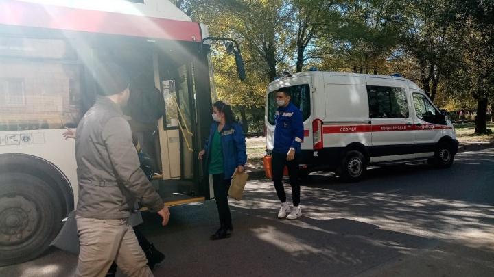 «Он лежал на полу кабины лицом вниз»: в Волгограде водитель рейсового автобуса потерял сознание за рулем