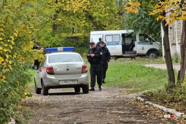 На месте работают пожарные, полицейские и взрывотехники