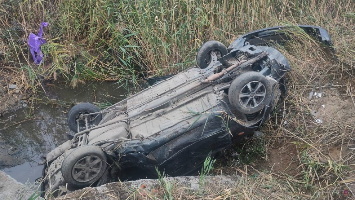 В Волгограде иномарка опрокинулась в придорожную канаву, есть пострадавшие