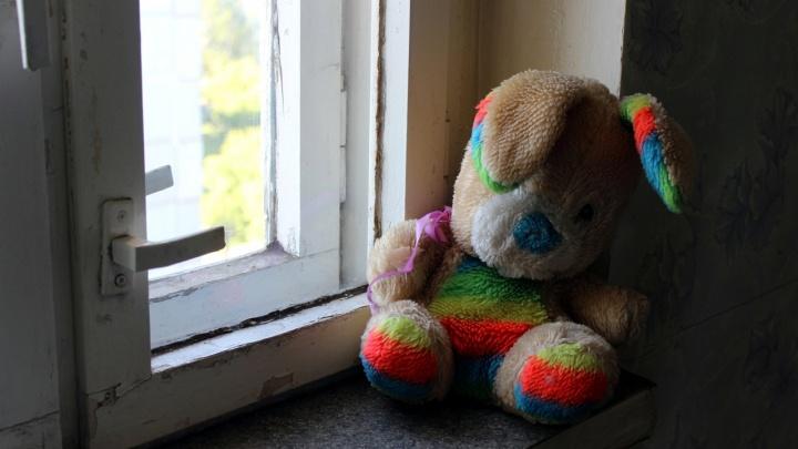 Под Омском погибла двухлетняя девочка. Она выпала из окна 4-го этажа