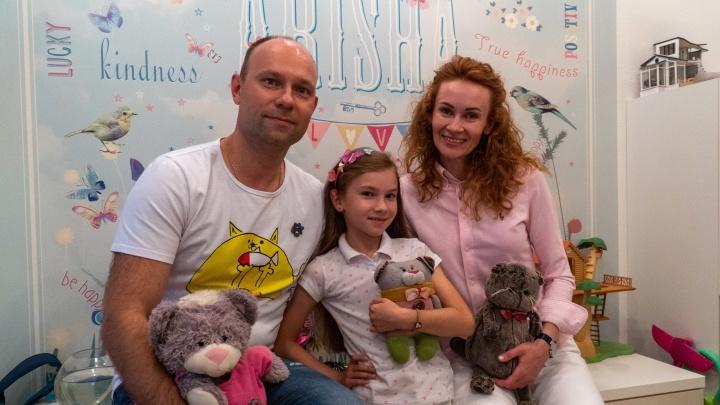 «Дочь рисует, на сыне финансы»: школьники из Архангельска делают бизнес на значках и стикерах с котиками