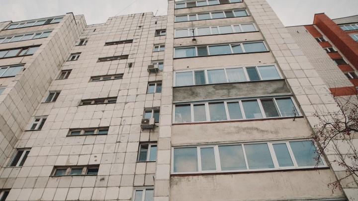 В Тюмени девочка в одних трусах вылезла из окна и побежала в ближайший отдел полиции