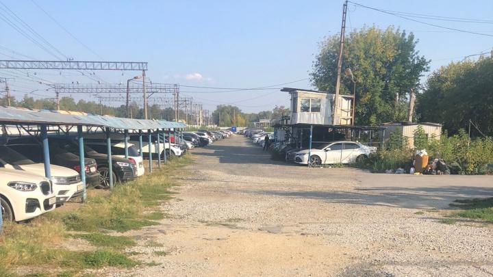 «Он угрожал мне при свидетелях»: в Кольцово неизвестные мужчины захватили автостоянку